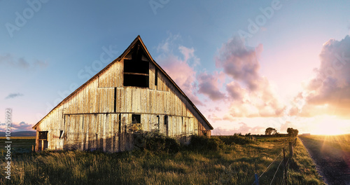 Fotografie, Obraz  Sunset at an Abandoned Barn, Color Image