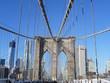 Brooklyn Bridge in New York, Richtung Manhatten blickend, bei Sonnenschein
