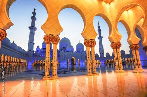 Keuken foto achterwand Abu Dhabi Sheikh Zayed Grand Mosque at dusk in Abu Dhabi, UAE