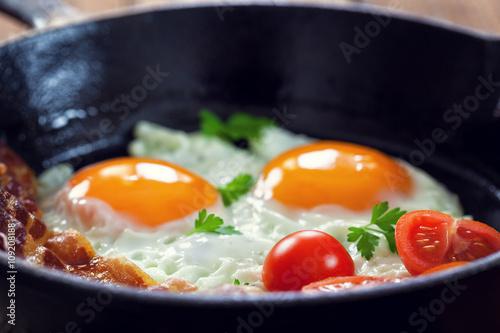 Deurstickers Gebakken Eieren Bacon and Eggs with tomatoes for breakfast