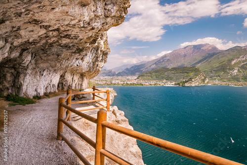 Fotografia Trail of Ponale in Riva del Garda, Italy.