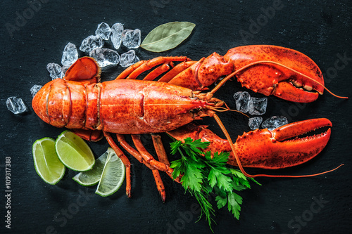 Poster Coquillage Top view of whole red lobster with ice and lime