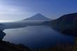本栖湖中ノ倉展望地から春の朝の富士山