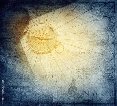 vintage-zloty-kompas-z-mapa-na-morskim-tle