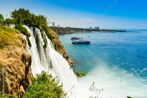Fototapeta premium Wodospad w mieście Antalya Turcja, Morze Śródziemne