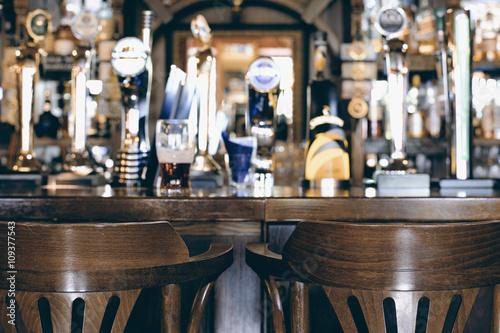 Fotografie, Obraz  Pivní bar pub, dlouhý stůl s židlemi