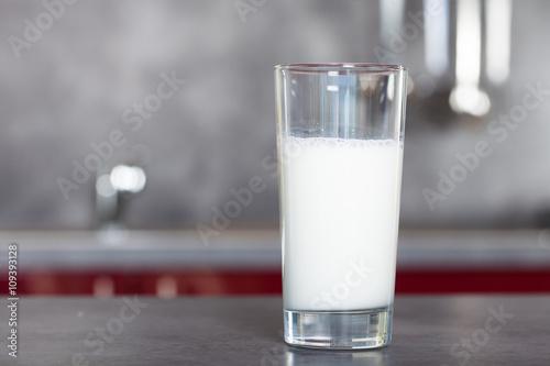 Fotografie, Obraz  verre de lait sur une table