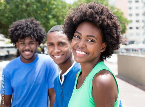 Fototapeta Drei sympathische afrikanische Jugendliche in der Stadt