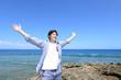 沖縄の海でくつろぐ男性