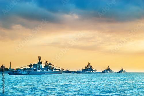 Plakat Okręty wojskowe marynarki wojennej w zatoce morskiej