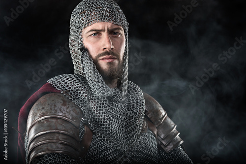 Photo Medieval Warrior with chain mail armour and red Cloak