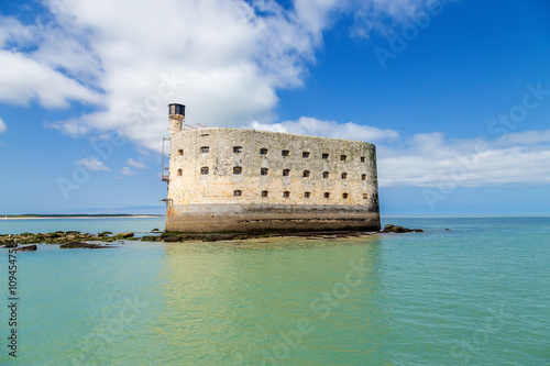 Poster de jardin Fortification View Fort Boyard at low tide, France