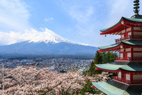Foto op Canvas Japan Mt. Fuji viewed from behind Chureito Pagoda or Red Pagoda.