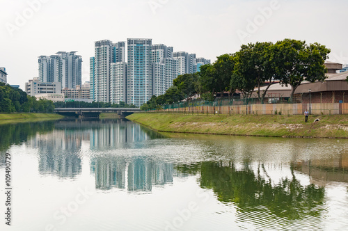 Photo  typical Singapore highrise public housing estate with river in f