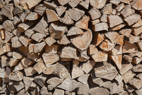 In de dag Brandhout textuur the chopped firewoods are neatly put, supply of firewoods on a w