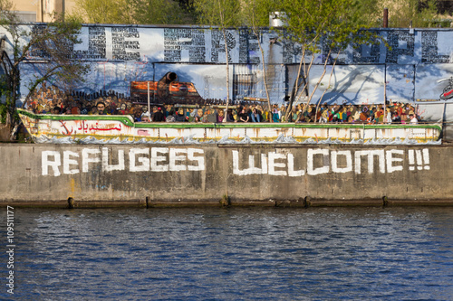 Photo Refugees welcome graffiti and refugee boat in Berlin
