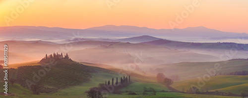Photo sur Toile Toscane Misty sunrise in the Val d'Orcia, or Valdorcia, a region of Tuscany, central Italy, which extends from the hills south of Siena to Monte Amiata.
