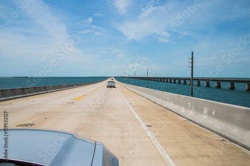 Foto  Beautiful endless road from Miami to Key West driving Ford Mustang