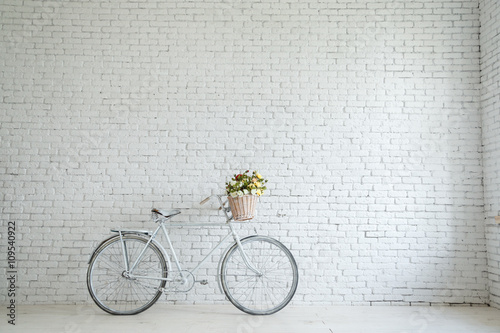 Photo sur Toile Velo Retro bicycle on roadside with vintage brick wall background,