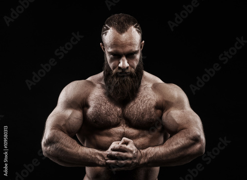 Foto  Strong man with perfect abs, shoulders, biceps, triceps and ches