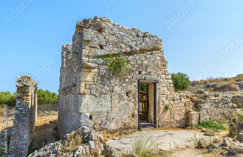 Photo  Ruined house in ancient Aptera at summer sunny day