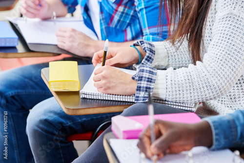 Plakat Uczniowie piszą uważnie