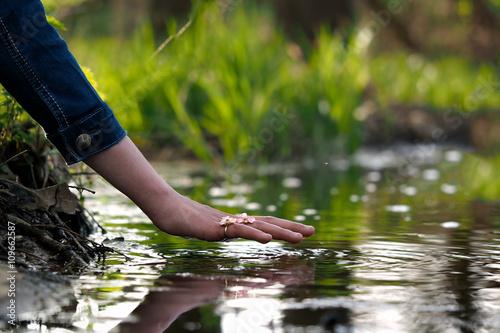 Fotografía  Hand over the water