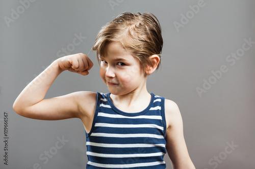 Photo  Junge präsentiert selbstbewusst seine Bizeps Muskeln