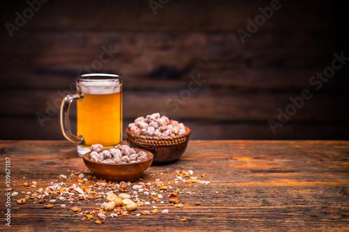 Láminas  Cerveza y cacahuetes tostados
