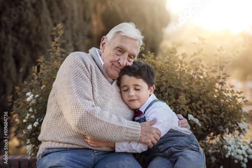 abuelo abrazando a su  nieto Canvas Print