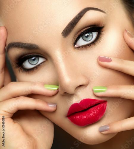 Foto op Plexiglas Beauty Beauty fashion woman with vivid makeup and colorful nailpolish