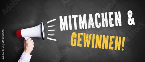 """Fotografía  Hand mit Megafon und Aufforderung """"Mitmachen & Gewinnen"""""""