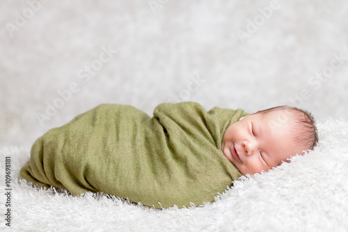 Fotografía  Beautiful newborn wrapped in a blanket
