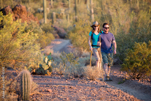 In de dag Arizona Two Afternoon Hikers on Rugged Desert Trail
