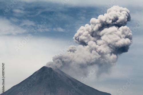 Erupción de cenizas del volcán de Colima