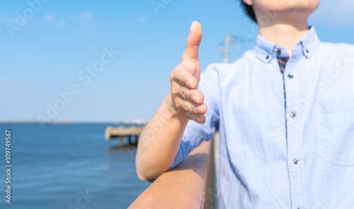Photo  握手を求める男性