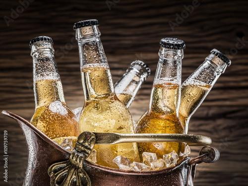 zimne-butelki-piwa-w-wiadrze-pelnym-lodu