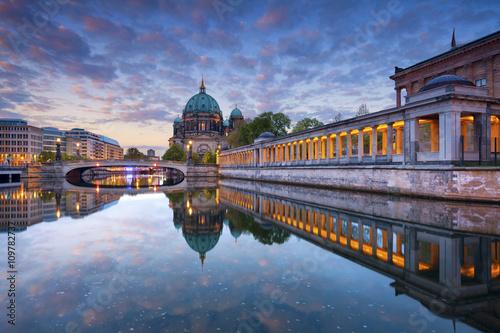 pejzaz-miejski-katedra-w-berlinie-i-wyspa-muzeow-wieczorna-pora