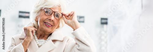 Fotografía  Woman putting glasses