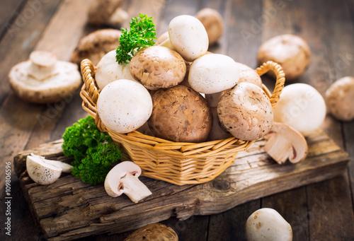 Champignon mushroom on the wooden table Billede på lærred
