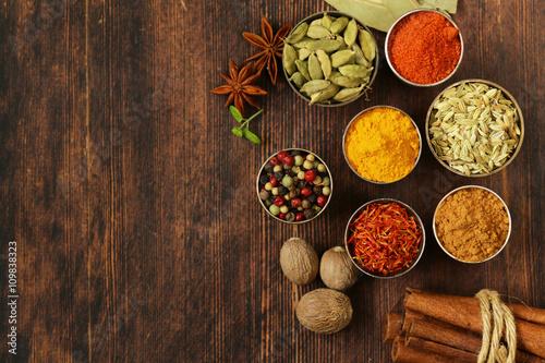 Plakat różnorodność przypraw (szafran, papryka, pieprz, koper włoski, cynamon, kurkuma, gałka muszkatołowa)