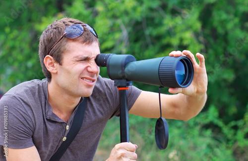 Fotografía  Man who is watching in spotting scope.