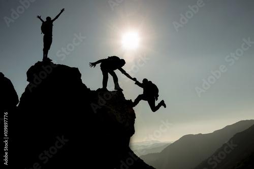 Fototapety, obrazy: başarılı tırmanış ekibi & zirvede tırmanış başarısı