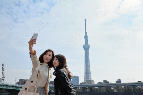 Fotografie, Obraz  観光地で自撮りする女性