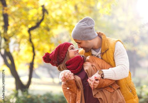 Fototapeta Portret młodej pary w parku, są razem na piękny jesienny dzień.