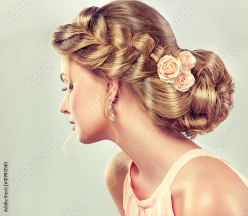 Cadres-photo bureau Salon de coiffure Beautiful model girl with elegant hairstyle . Beautiy woman with fashion wedding hair and colourful makeup