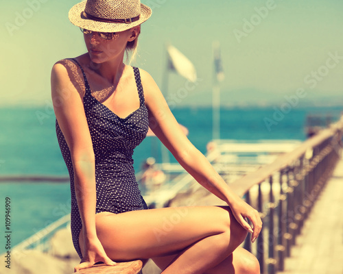Photo  young woman in swimsuit and sun hat