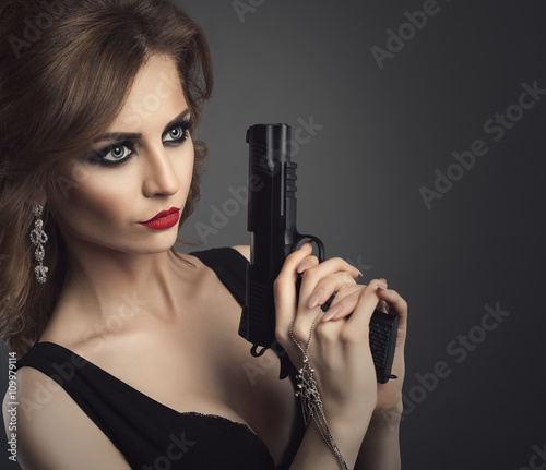 Photo  Sexy beauty young woman with gun close up portrait