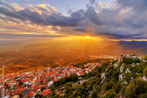 Photo  A view of sunset over Baunei, Sardinia