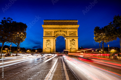 Arc de Triomph, Triumphbogen in Paris - 109994318